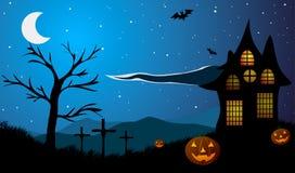 halloween Pumpor på bakgrunden av det gamla huset, trädet, kors och berg Arkivbild