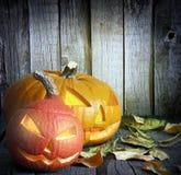 Halloween pumpor på gammala grungebräden Royaltyfri Foto