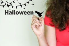 Halloween ragazza nel rosso con un indicatore in lei Fotografie Stock Libere da Diritti