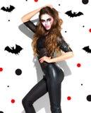 Halloween Ragazza sexy del partito di festa Bella giovane donna con trucco luminoso del vampiro e capelli lunghi che posano in co immagini stock libere da diritti
