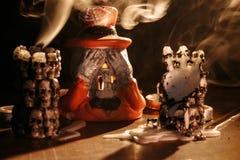 Halloween: Rauch von den ausgestorbenen Kerzen hat Raum gefüllt und hat einen Kerzenständer in Form von dem Skelett eingehüllt Lizenzfreie Stockbilder