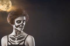 Halloween Retrato da menina bonita nova com o esqueleto da composição em sua cara imagem de stock royalty free
