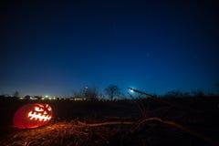 Halloween rzeźbiąca pączuszku pozyskiwania ilustracyjny błyskawica nocne niebo Obraz Royalty Free