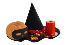 Halloween-Süßigkeiten mit Kerze und Kürbis Stockbild