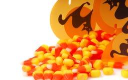 Halloween-Süßigkeitmais, der aus einem Kasten heraus verschüttet wird lizenzfreies stockfoto