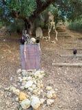 Halloween-samenstelling met skeletten op kerkhof Royalty-vrije Stock Afbeeldingen