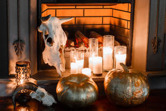 Halloween-samenstelling op open haardclose-up Royalty-vrije Stock Foto's