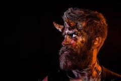 Halloween satan met baard, rood bloed, wonden op gezichtsprofiel royalty-vrije stock fotografie