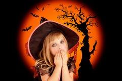 Halloween scared a menina loura do miúdo fotos de stock