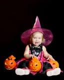 Halloween-Schätzchenhexe mit einem geschnitzten Kürbis lizenzfreie stockfotos