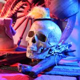 Halloween, schedel met rood licht in een decoratief stilleven op Halloween wordt verlicht dat stock foto's