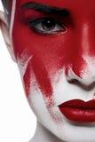 Halloween-schoonheidsmodel met rode lippen en bloed op gezicht stock fotografie
