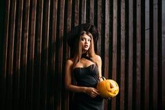 halloween Sexig dam i rött med stor pumpa på henne händer Royaltyfria Bilder