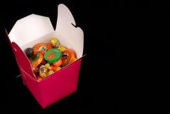 Halloween-Süßigkeit in einem roten chinesischen Nahrungsmittelbehälter Lizenzfreie Stockfotografie