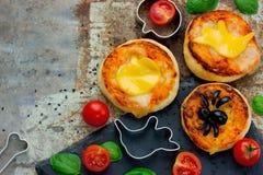 Halloween-Snackkäseoliven-Spinnen-Minipizza, kreatives Lebensmittel I Lizenzfreies Stockfoto