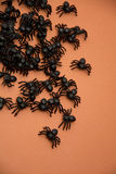 Halloween-Spinnen auf Orange Lizenzfreie Stockfotos