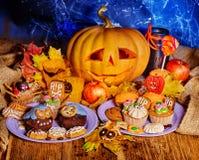 Halloween stół z trikowym lub fundą Obrazy Royalty Free