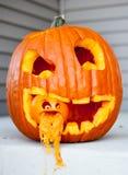 Halloween-Steckfassung-Olaterne mit einer anderen Steckfassung-Olaterne in seinem Mund mit dem Kürbis, der aus dem kleinen Steckf stockbilder
