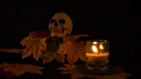 Halloween-steun skul en kaars bij de zwarte animatie als achtergrond stock videobeelden