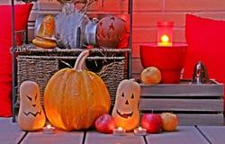 Halloween-stilleven in een bakstenen muur wordt verlicht die royalty-vrije stock afbeeldingen