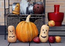 Halloween-stilleven met pompoenen en appelen stock fotografie