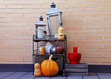 Halloween-stilleven met pompoenen en kaarsen stock foto's