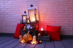 Halloween-stilleven met pompoenen en kaarsen wordt verlicht die royalty-vrije stock foto's