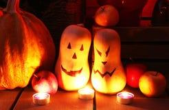 Halloween-stilleven met verlichte pompoenen stock foto