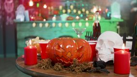 Halloween-Stilllebendekoration auf einer Tabelle in einer Kneipe bereit zu einer Partei stock video
