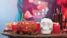 Halloween-Stilllebendekorelemente auf einer Tabelle an einer Halloween-Partei stock video footage