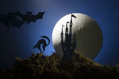 Halloween, strega su un manico di scopa nei precedenti della luna Fotografie Stock Libere da Diritti