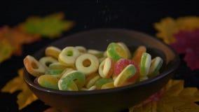Halloween-suikergoed die in langzame motie met esdoorn vallen stock video