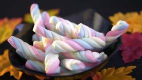 Halloween-suikergoed die in langzame motie met esdoorn vallen stock footage