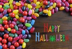 Halloween-suikergoed op rustieke donkere houten achtergrond met steekproeftekst Stock Fotografie