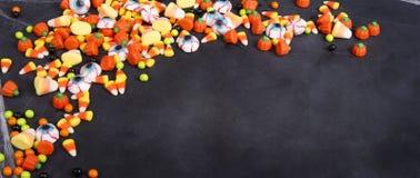 Halloween-suikergoed over een zwart bord wordt verspreid dat stock foto