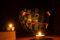 Halloween-symboolpompoen het glimlachen hefboom-o-lantaarn en brandende kaarsen Stock Afbeelding