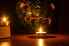 Halloween-symboolpompoen het glimlachen hefboom-o-lantaarn en brandende kaarsen Royalty-vrije Stock Afbeelding