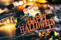 Halloween: Szczęśliwy Halloween Z cukierkiem I Rozjarzonymi żarówkami Zdjęcia Royalty Free