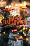 Halloween: Szczęśliwy Halloween Z cukierkiem I Rozjarzonymi żarówkami Zdjęcia Stock