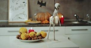 Halloween szczegóły, dekoracje faszerują, talerz z świeczkami i śmieszny dacing kościec na stole Strzelający na Czerwonej epopei zbiory