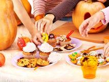 Halloween-Tabelle mit Trick oder Festlichkeit und Hände. Stockbilder