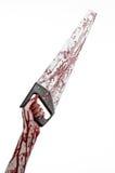 Halloween-Thema: blutige Hand, die eine blutige Säge auf einem weißen Hintergrund hält Stockbild