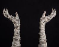 Halloween-Thema: schreckliche alte Mamahände auf einem schwarzen Hintergrund Stockfoto