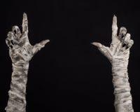 Halloween-Thema: schreckliche alte Mamahände auf einem schwarzen Hintergrund Lizenzfreies Stockbild
