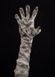 Halloween-Thema: schreckliche alte Mamahände auf einem schwarzen Hintergrund Stockfotografie