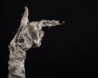 Halloween-Thema: schreckliche alte Mamahände auf einem schwarzen Hintergrund Stockfotos