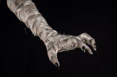 Halloween-thema: vreselijke oude brijhanden op een zwarte achtergrond Stock Foto's