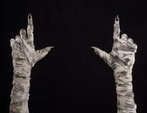 Halloween-thema: vreselijke oude brijhanden op een zwarte achtergrond Royalty-vrije Stock Foto's