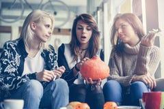 Halloween Três amigos estão preparando-se para Dia das Bruxas imagem de stock