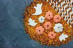 Halloween-traditionele traktaties als achtergrond voor jonge geitjes op een steenrug Royalty-vrije Stock Afbeelding